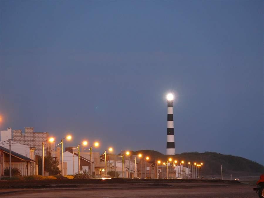 Faro Claromecó desde la playa